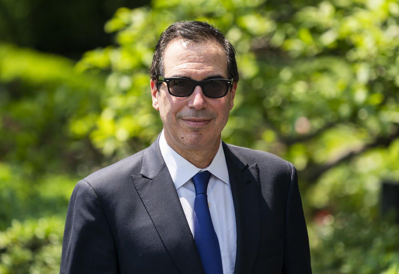 Steve Mnuchin met een zonnebril.