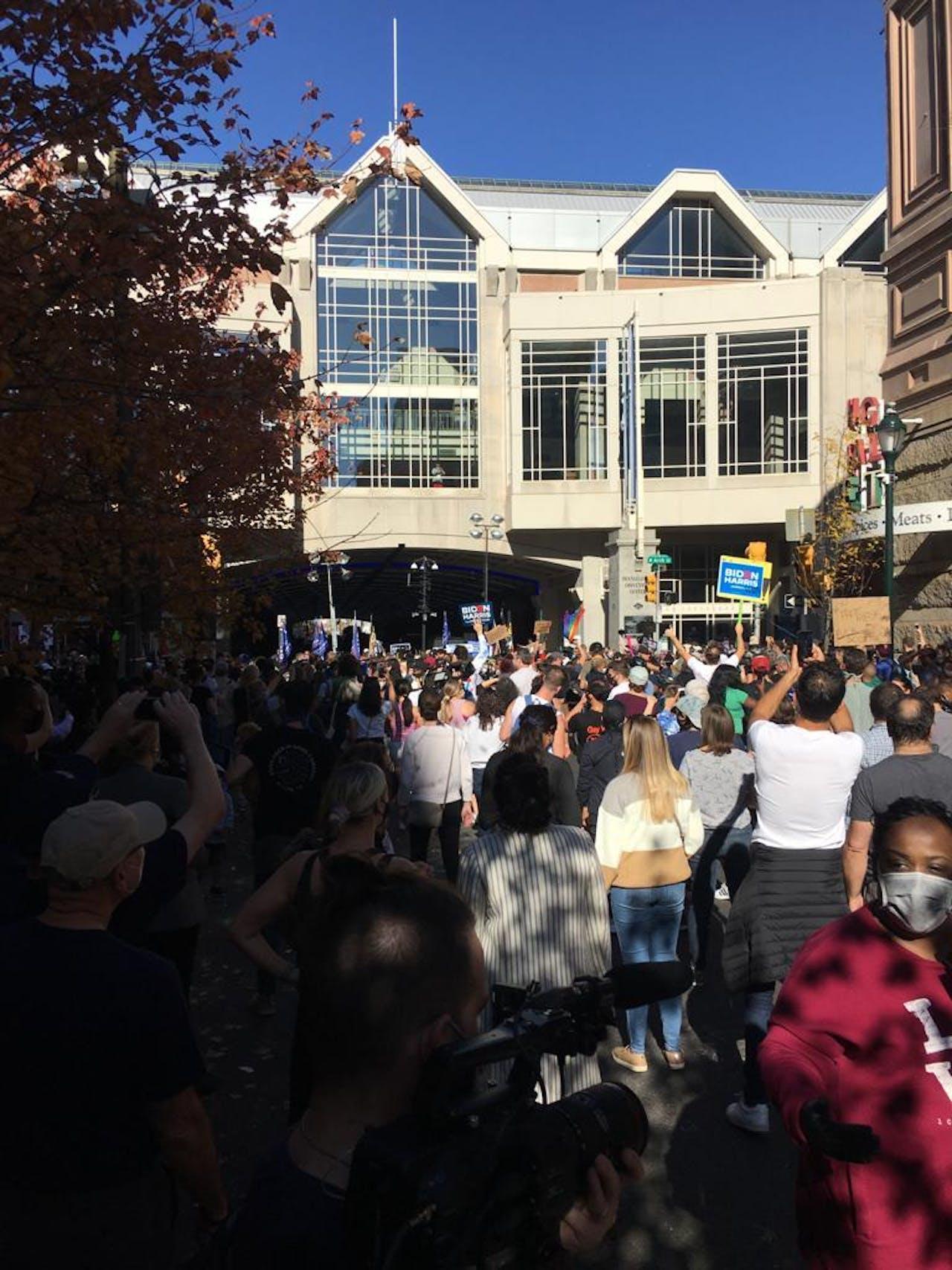 Biden-supporters feesten op straat in Philadelphia