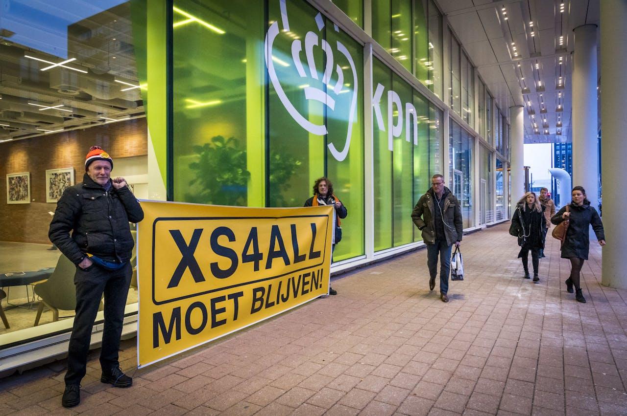 Voor de ingang van het hoofdkantoor van KPN wordt gedemonstreerd door actievoerders van XS4ALL moet blijven.