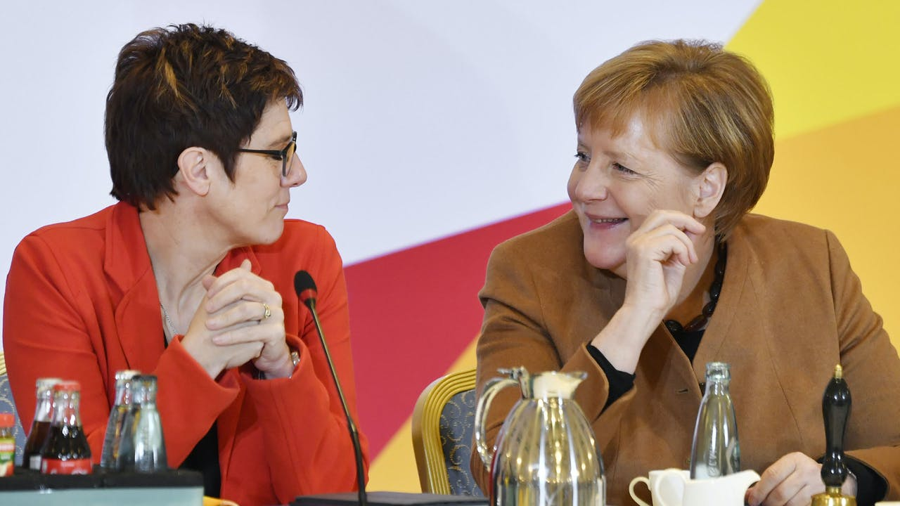 Angela Merkel (R) met Annegret Kramp-Karrenbauer (L) John MACDOUGALL / AFP