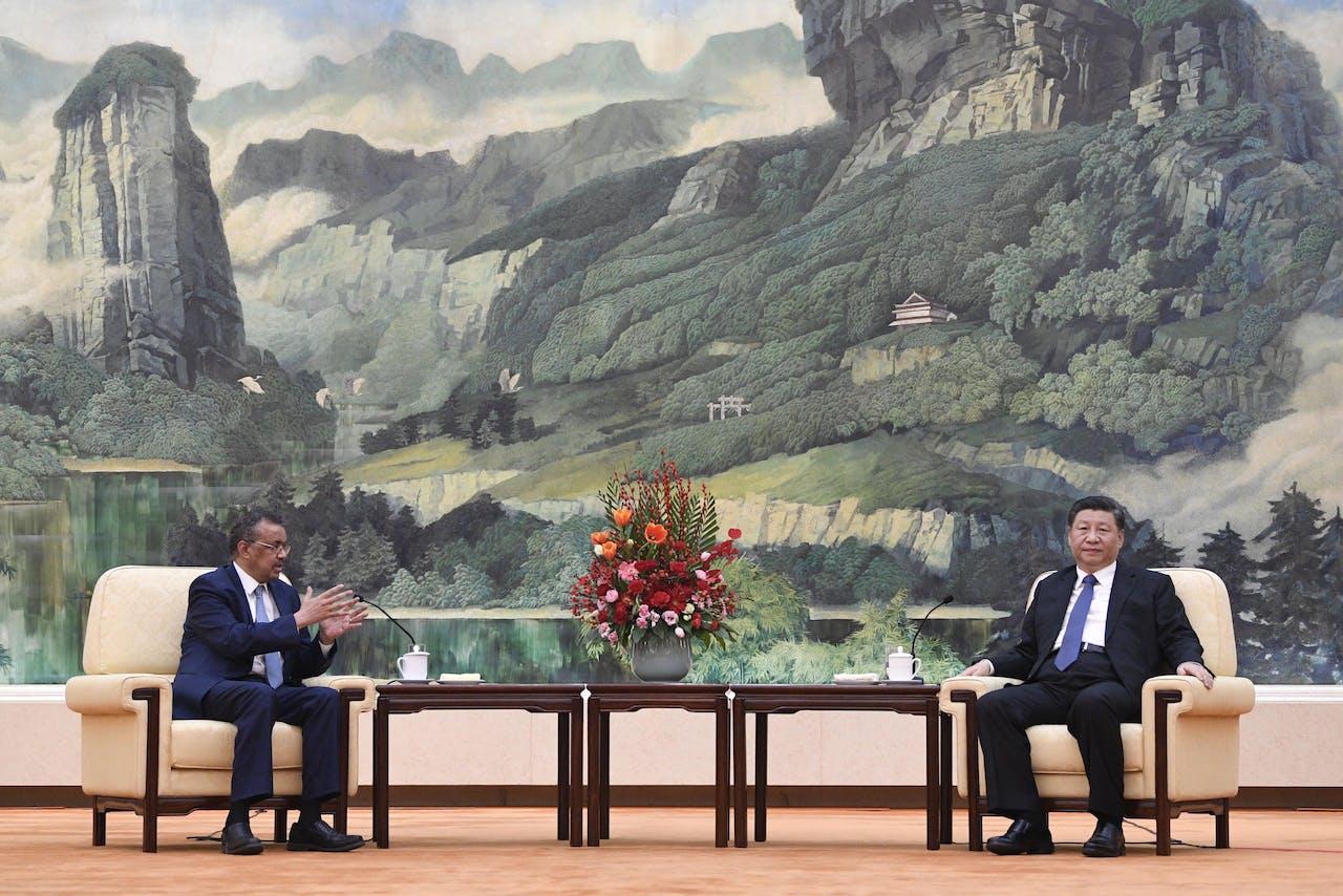Tedros Adhanom (L), de baas van de WHO bij een ontmoeting met Xi Jinping (R) in Beijing.