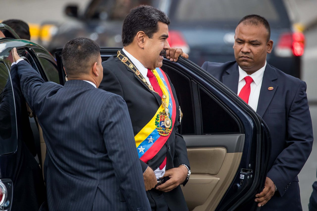 De Venezolaanse president Maduro arriveert bij het evenement waar het incident plaatsvond.