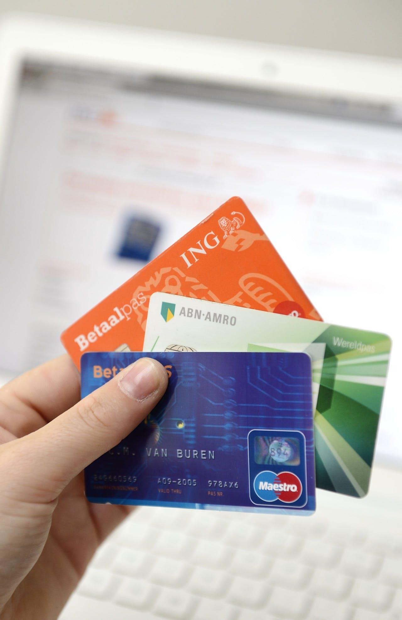Internetbankieren met betaalpassen en een laptop.