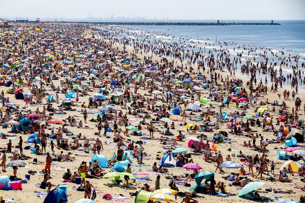 Ondanks de anderhalve meter samenleving is het vandaag enorm druk op het strand van Scheveningen.