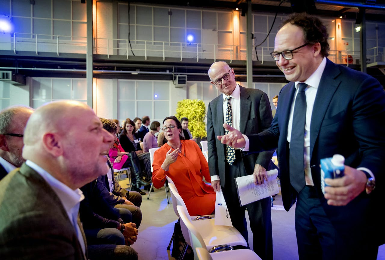 De Amsterdamse wethouder Sociale Zaken Rutger Groot Wassink (links) met onder meer minister Wouter Koolmees.