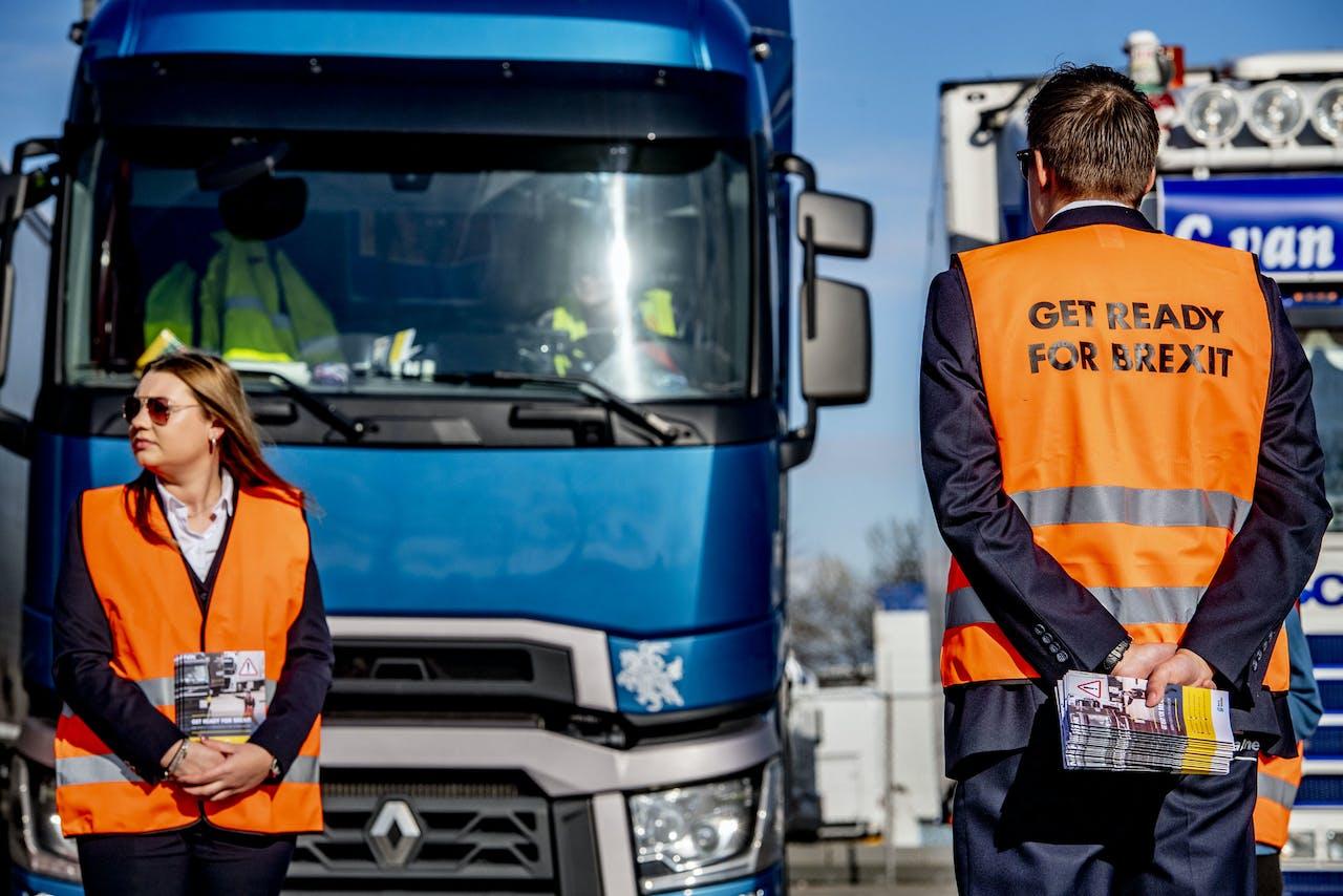 Medewerkers van Havenbedrijf Rotterdam delen flyers uit met informatie over de Brexit