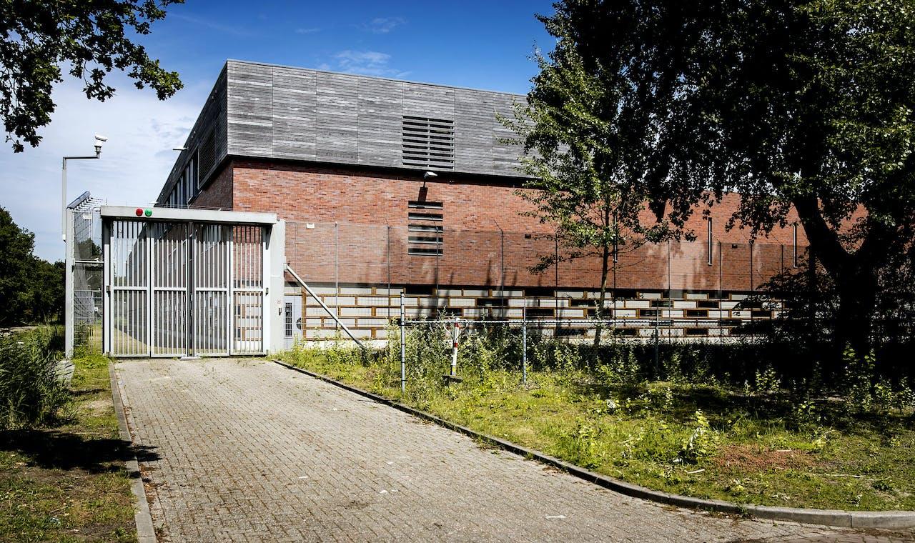 Exterieur van de voormalig jeugdgevangenis Amsterbaken en één van de Extra Begeleidings- en Toezichtslocaties (EBTL)