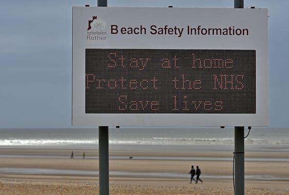 Ook in het VK zijn de stranden vrijwel uitgestorven
