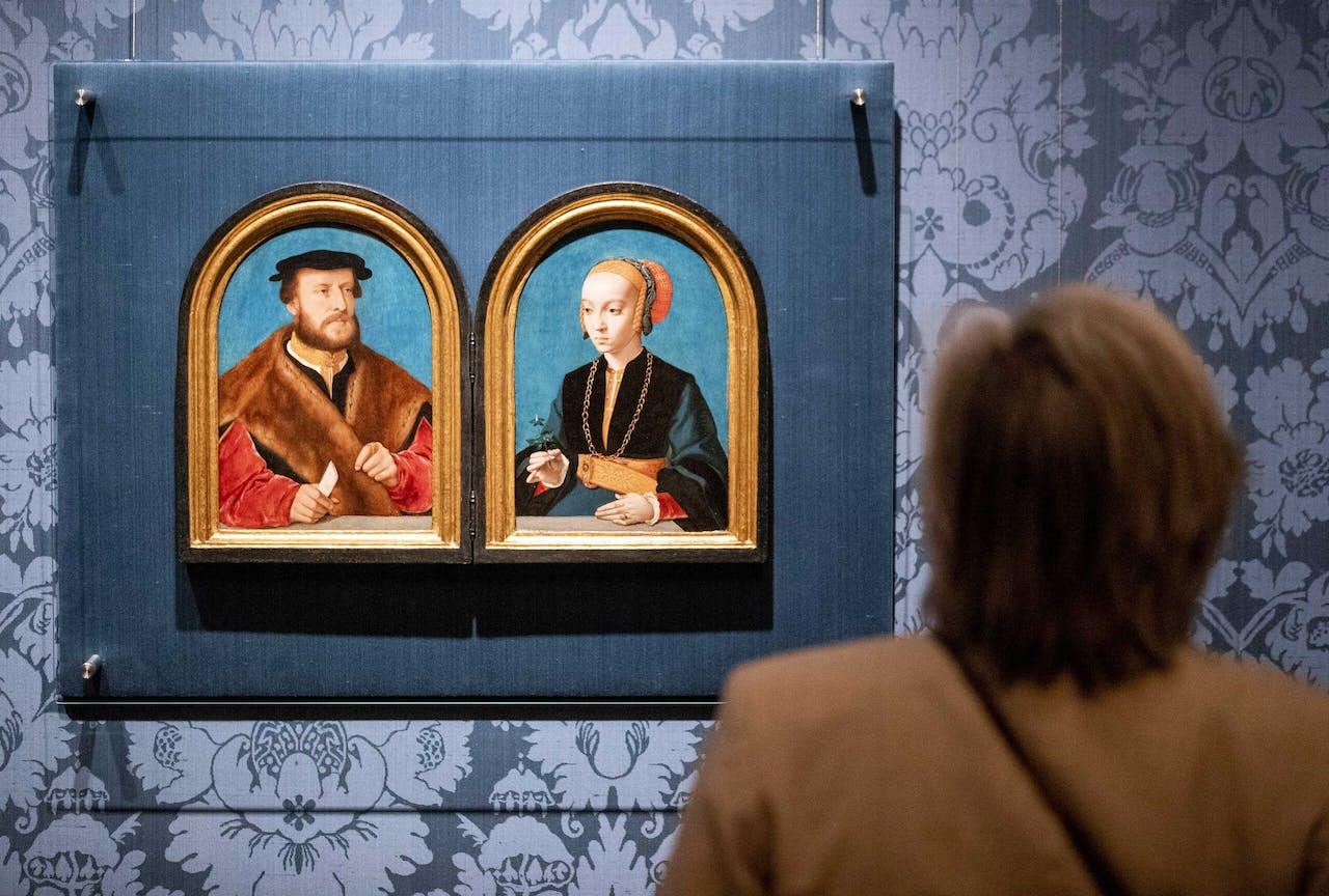 Een bezoeker in het Mauritshuis.