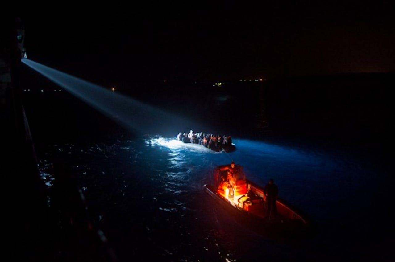 De Turkse kustwacht houdt een boot met vluchtelingen tegen terwijl zij het Griekse eiland Chios proberen te bereiken. Foto: ANP/EPA.