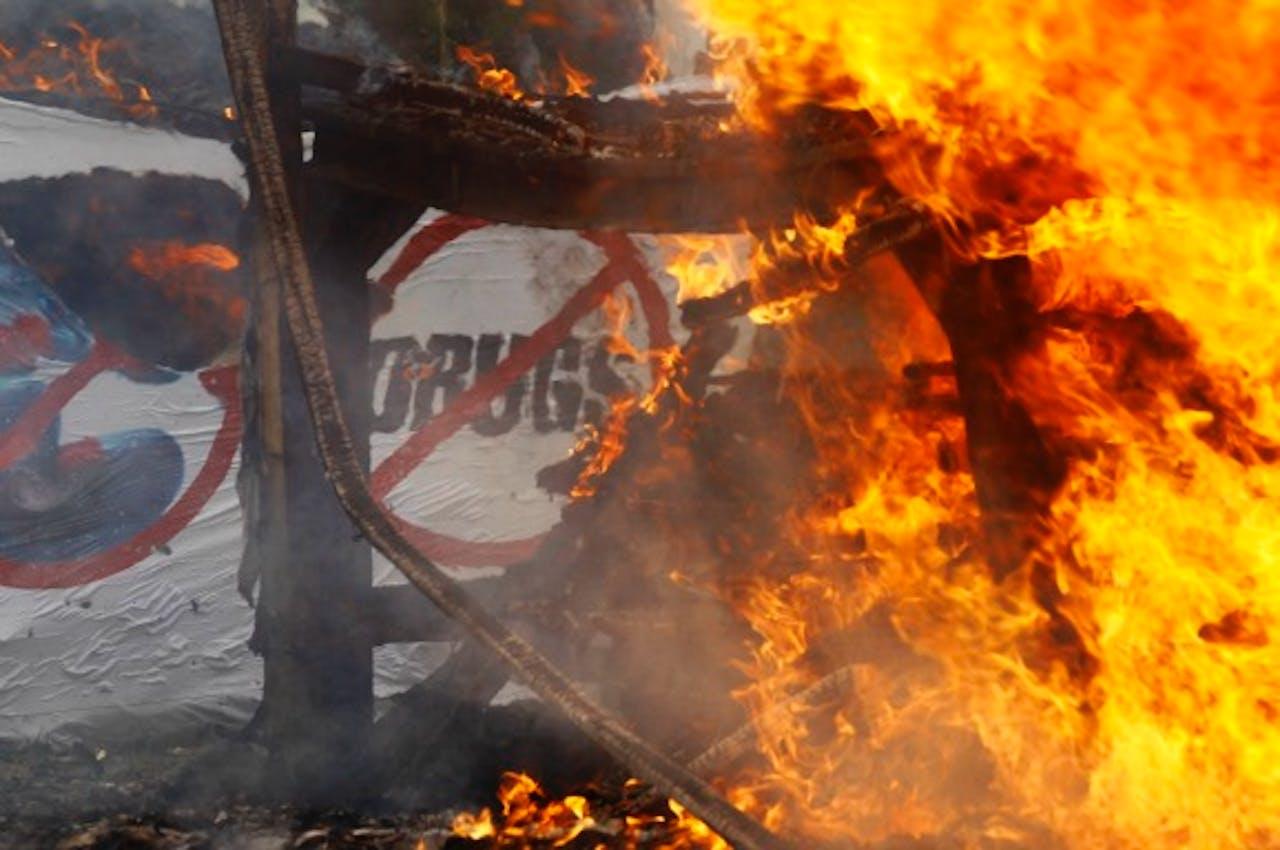 In Myanmar worden drugs verbrand tijdens de Internationale Dag tegen Drugsmisbruik. Foto: ANP/EPA