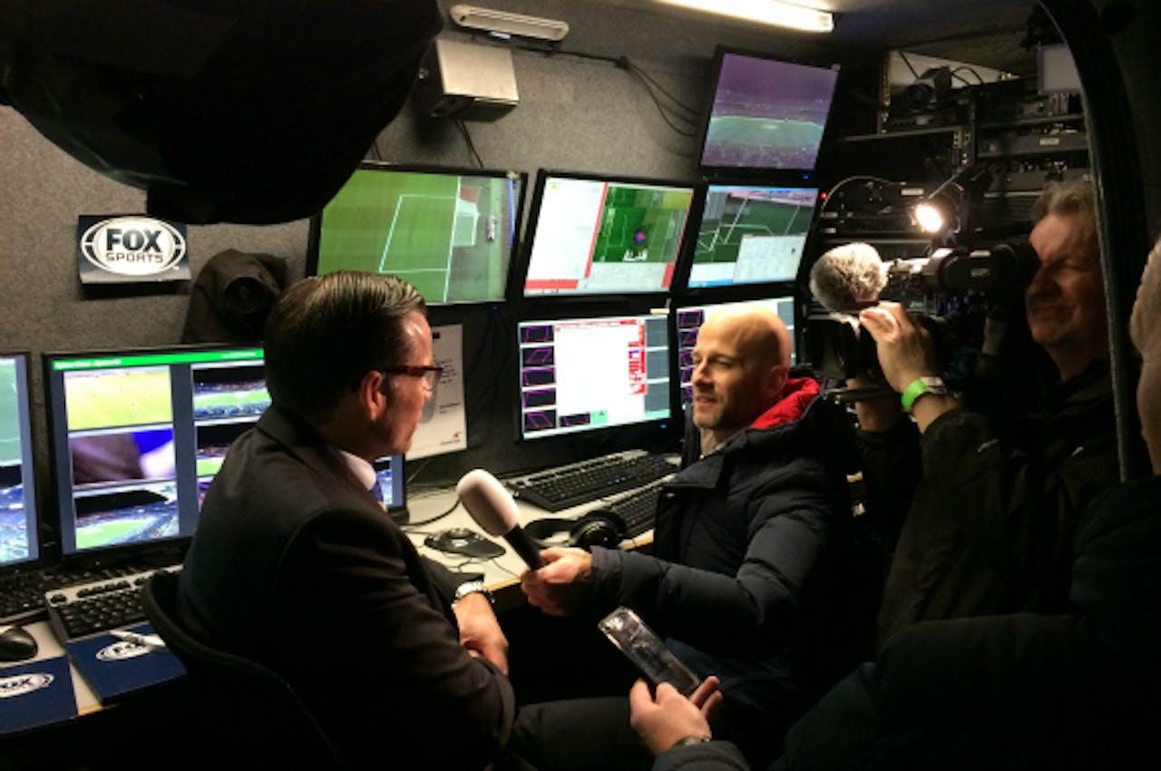 Pieter Vink leidt journalisten rond in de bus van de videoscheidsrechter. Foto: Hugo Reitsma (BNR)