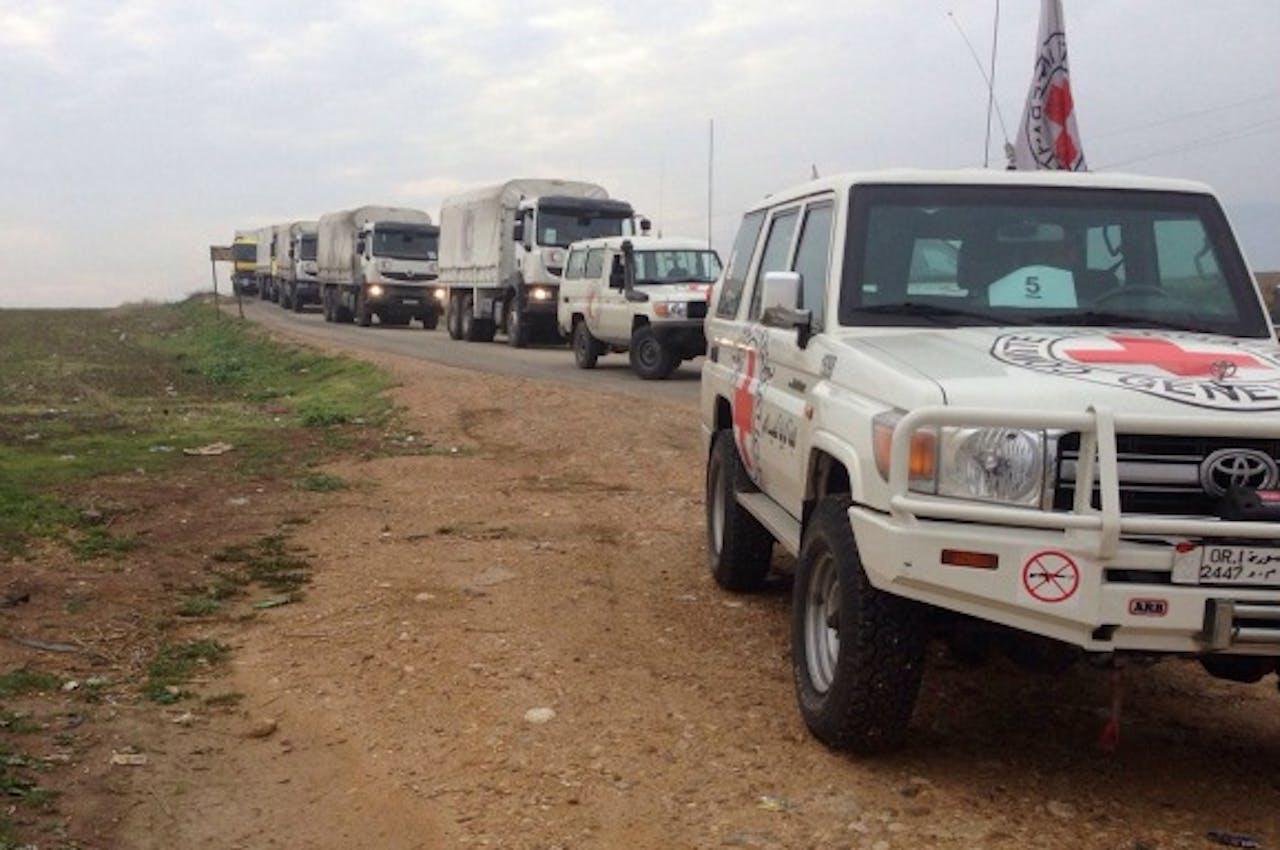 Hulpgoederen komen per truck aan in de Syrische van hulp verstoken stad Madaya, bij de grens met Libanon. Foto ANP