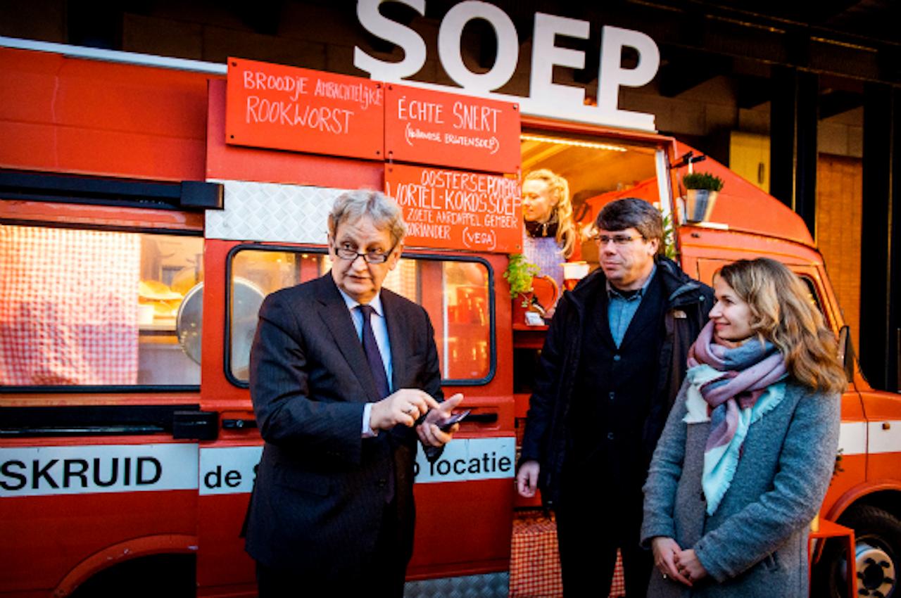 De Amsterdamse burgemeester Eberhard van der Laan eet de Whatssoep heet tijdens werktijd. Foto ANP