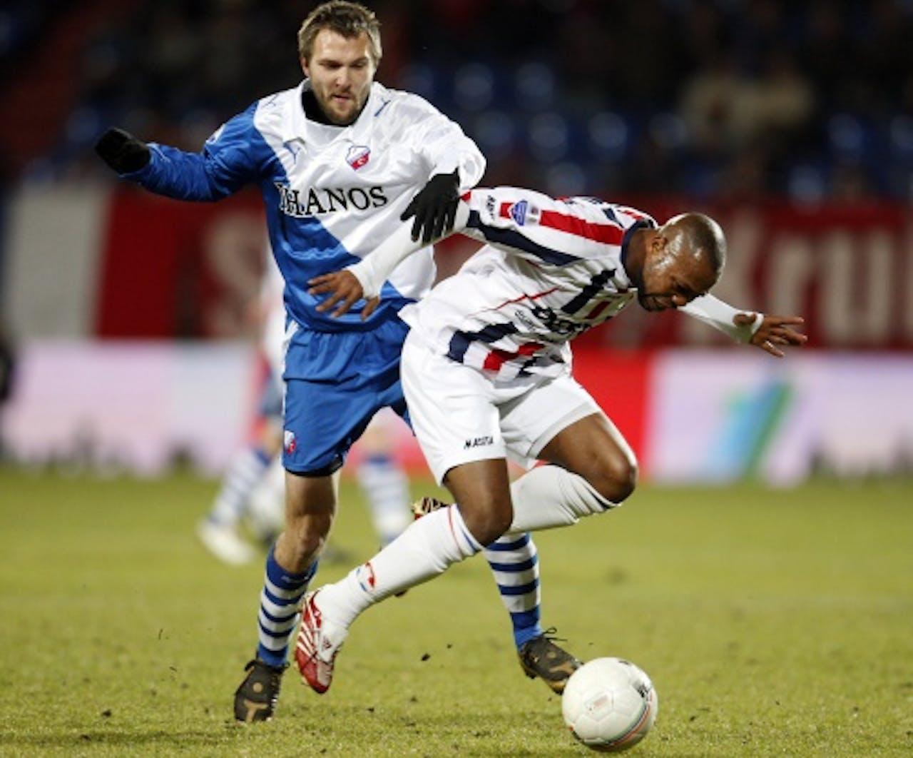 Ibrahim Kargbo (R) van Willem II in duel met Michael Silberbauer (L) van FC Utrecht. Archieffoto ANP 2009