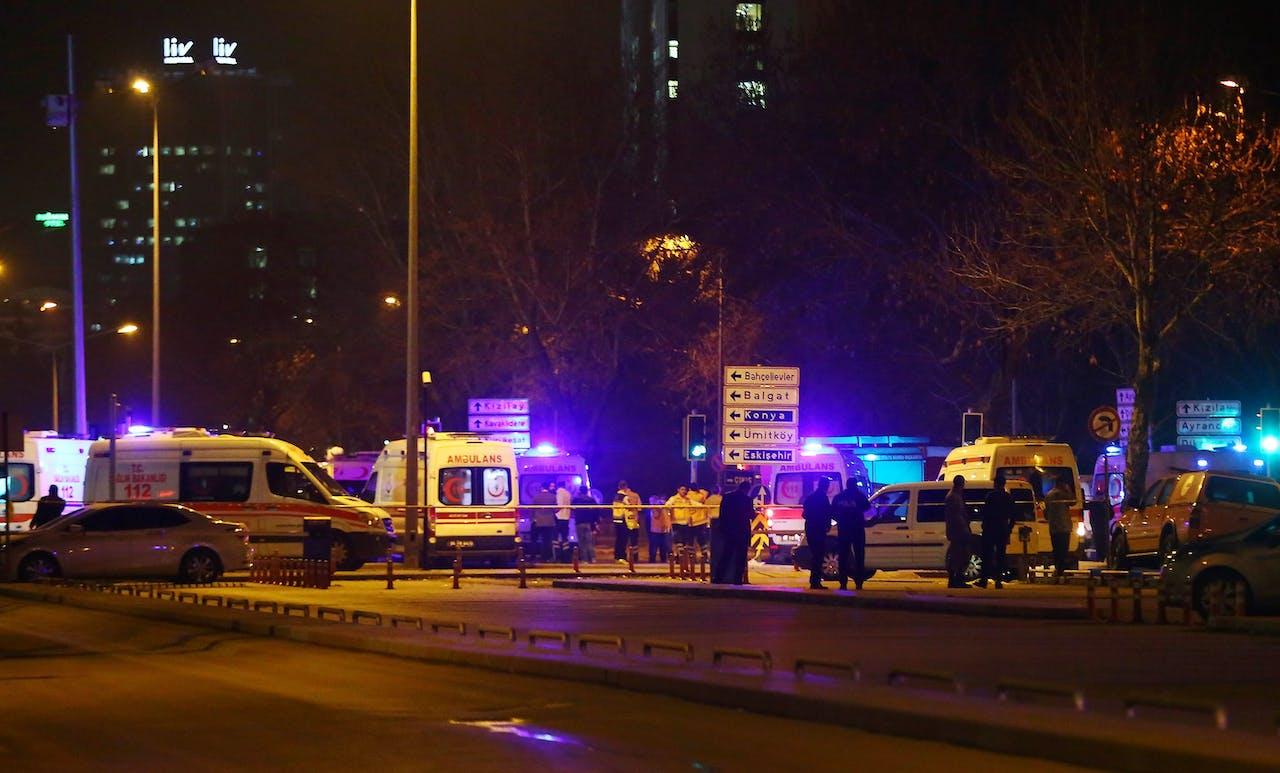 Turkse politie en ambulances bij de plek van de aanslag in Ankara. Foto AFP