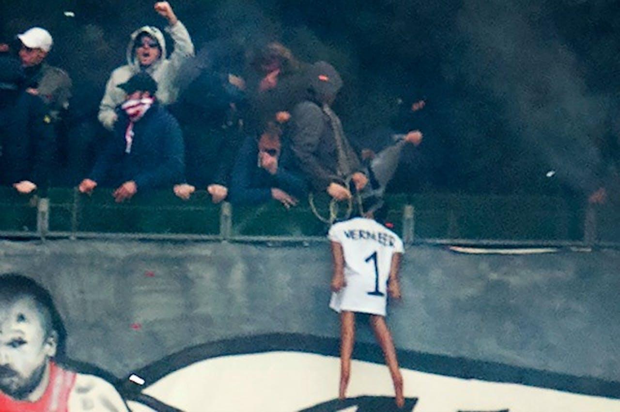 Hooligans hangen pop van Feyenoord-doelman Kenneth Vermeer op in stadion. Foto: ANP