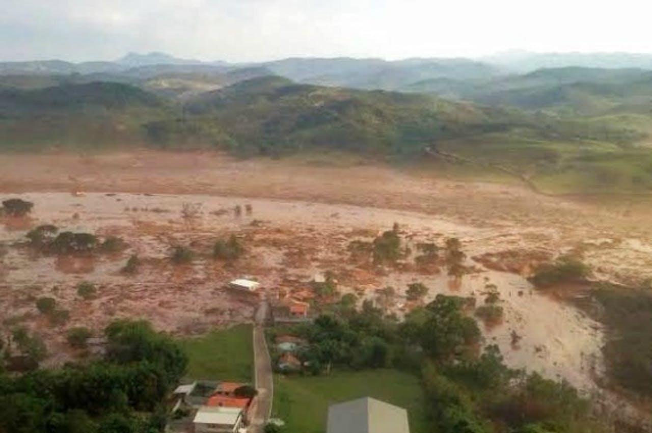 Gebied in Brazilië na een mijnramp in november 2015. De dijken van een afvalreservoir van een ijzerertsmijn braken door waardoor meer dan 35 miljoen kubieke meter modder wegstroomde. Twee dorpen werden weggevaagd. Foto: ANP/EPA
