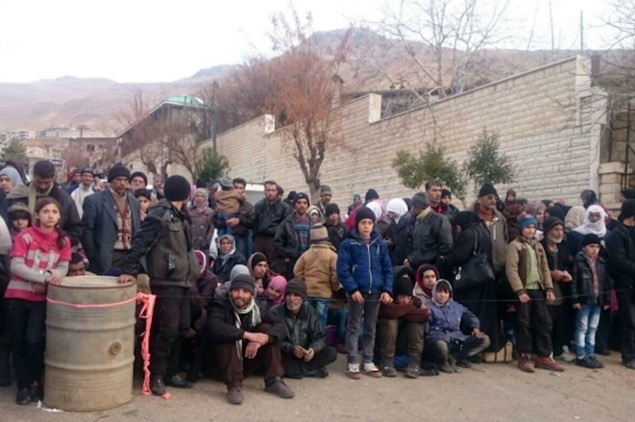 Inwoners van Madaya wachten op het hulpkonvooi. Foto: ANP/AFP