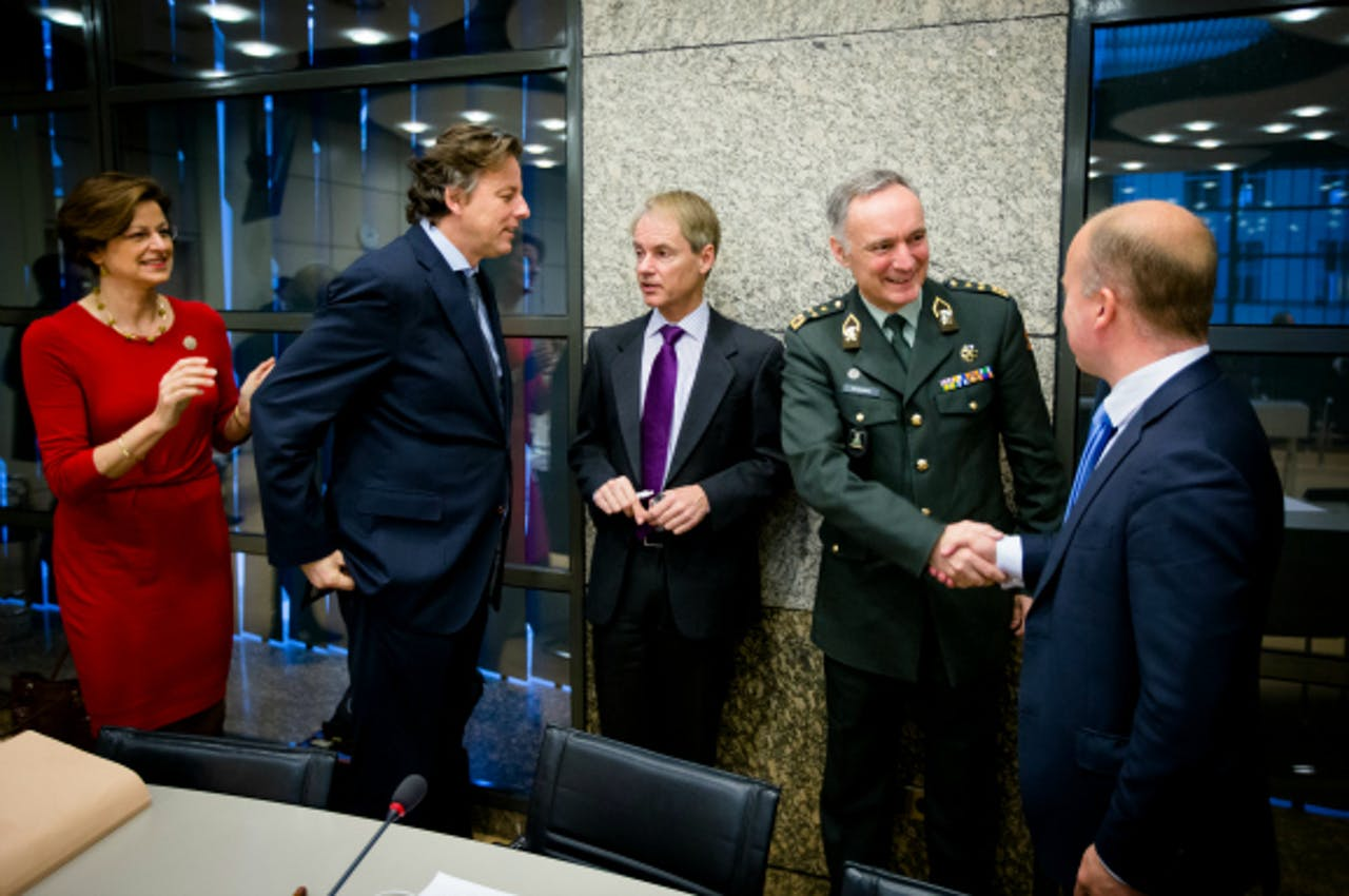 V.l.n.r.: Angelien Eijsink (PvdA), minister Koenders, Harry van Bommel (SP), generaal Tom Middendorp, Raymond Knops (CDA). Foto: ANP