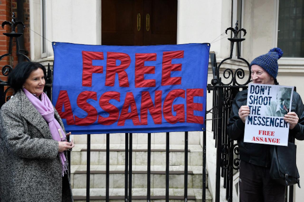 Medestanders van Julian Assange buiten de ambassade van Ecuador in London, waar Assange via een videolink op een persconferentie sprak. Foto ANP