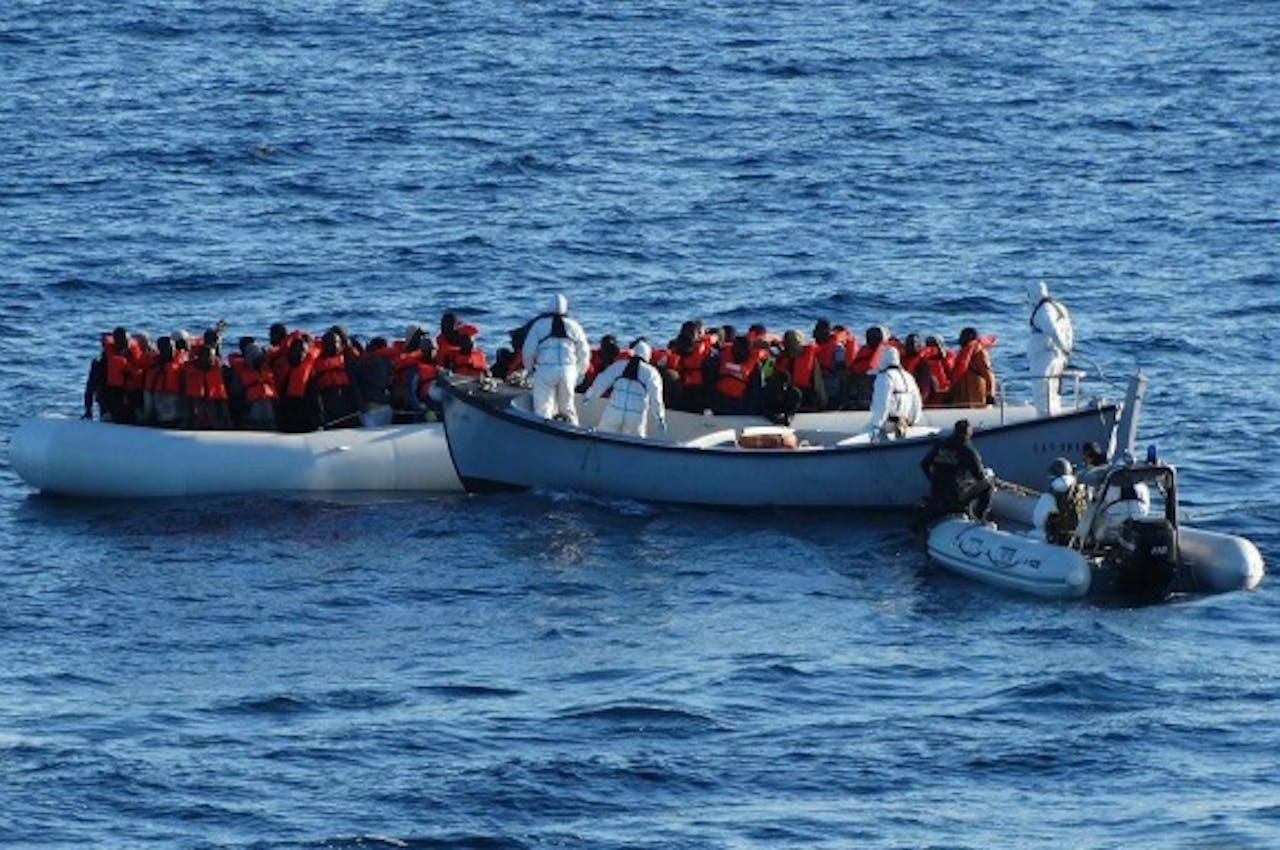 Bootvluchtelingen voor de kust van Italië. Foto ANP