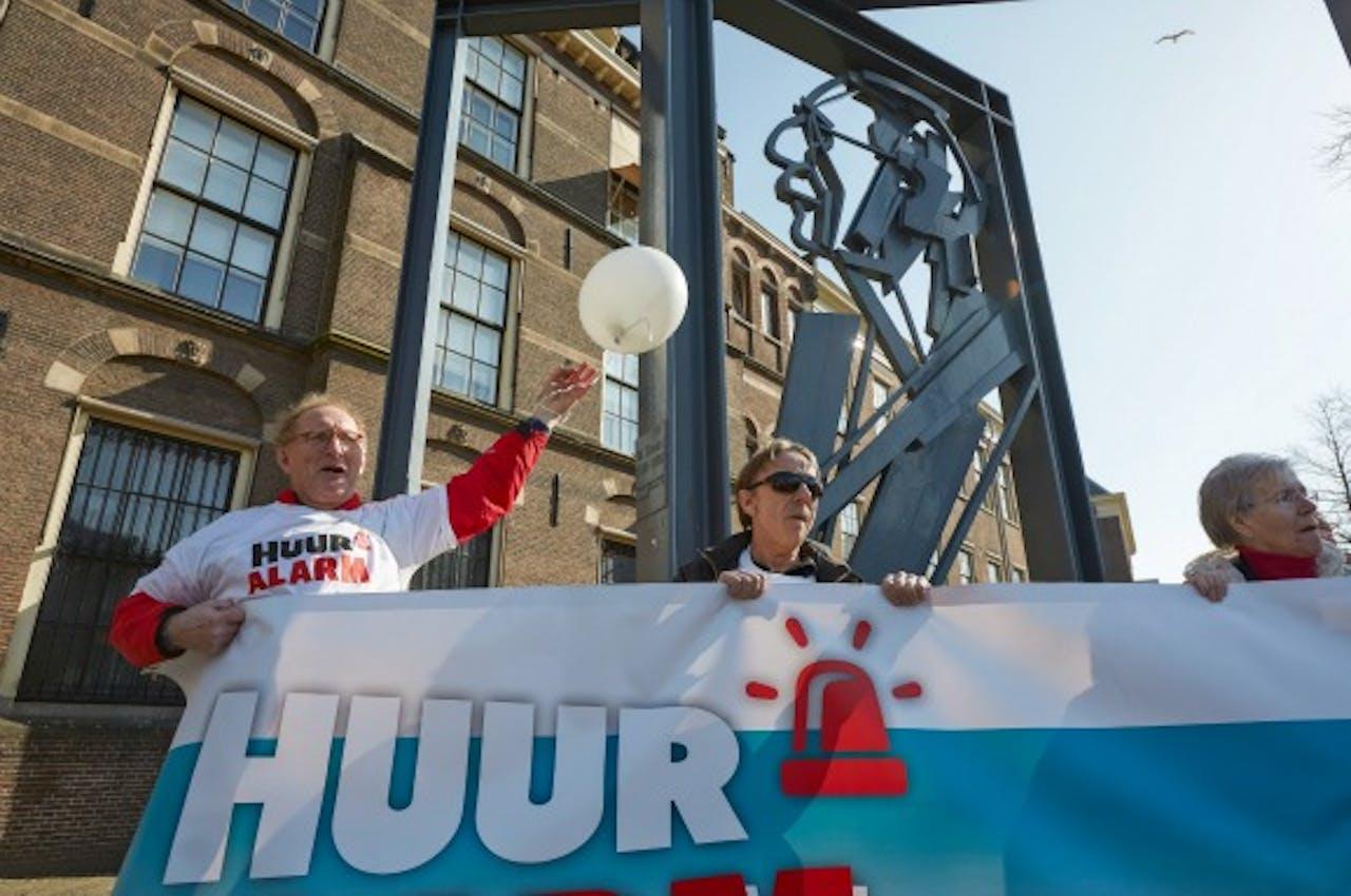 Leden van de Woonbond demonstreren op het Haagse Buitenhof tegen de huurplannen van het kabinet in 2013. Foto ANP