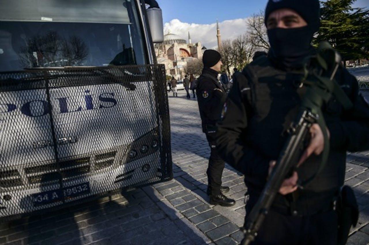 Een Turkse agent houdt de wacht nabij de plek waar dinsdag een aanslag werd gepleegd door IS. Foto ANP