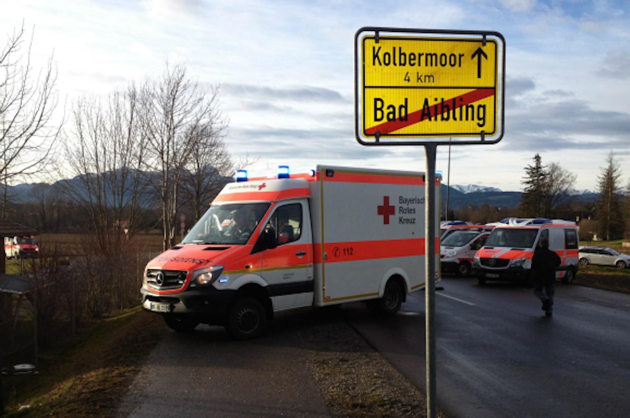 Een ambulance in de buurt van de plek waar twee treinen op elkaar botsten in Bad Aibling, Beieren. Foto ANP