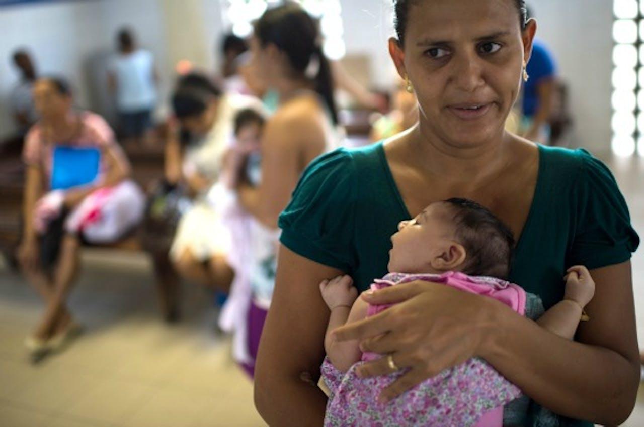 Een Braziliaanse vrouw met haar baby die lijdt aan microcefalie. Foto: ANP/AFP
