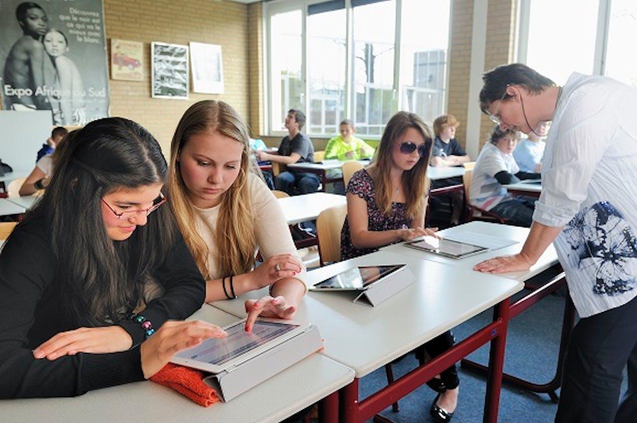 Leerlingen van het Hondsrugcollege in Emmen maken tijdens de Engelse les gebruik van een iPad. Foto: Lex van Lieshout/ANP