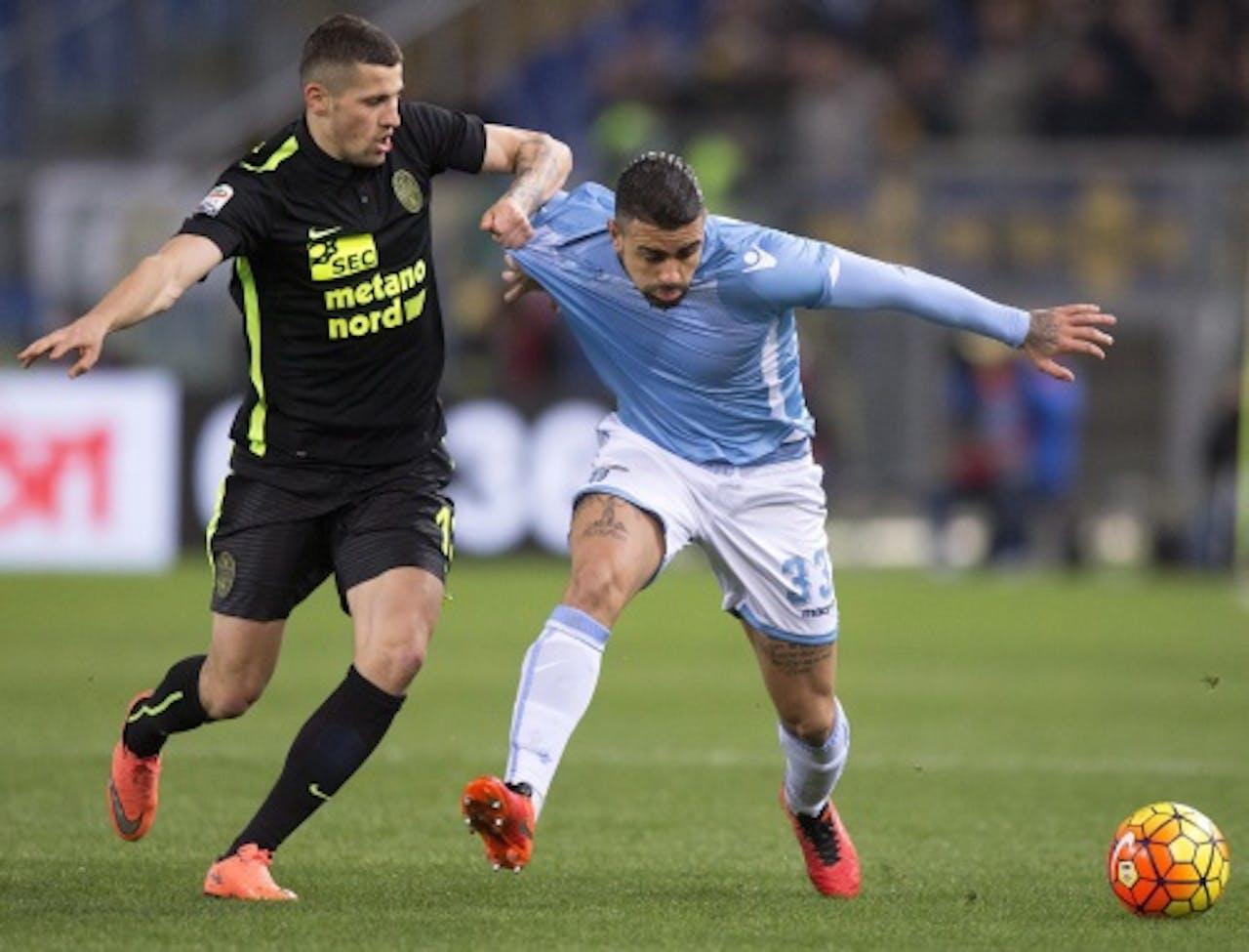 Pawel Wszolek van Verona (L) and Lazio-speler Mauricio. EPA