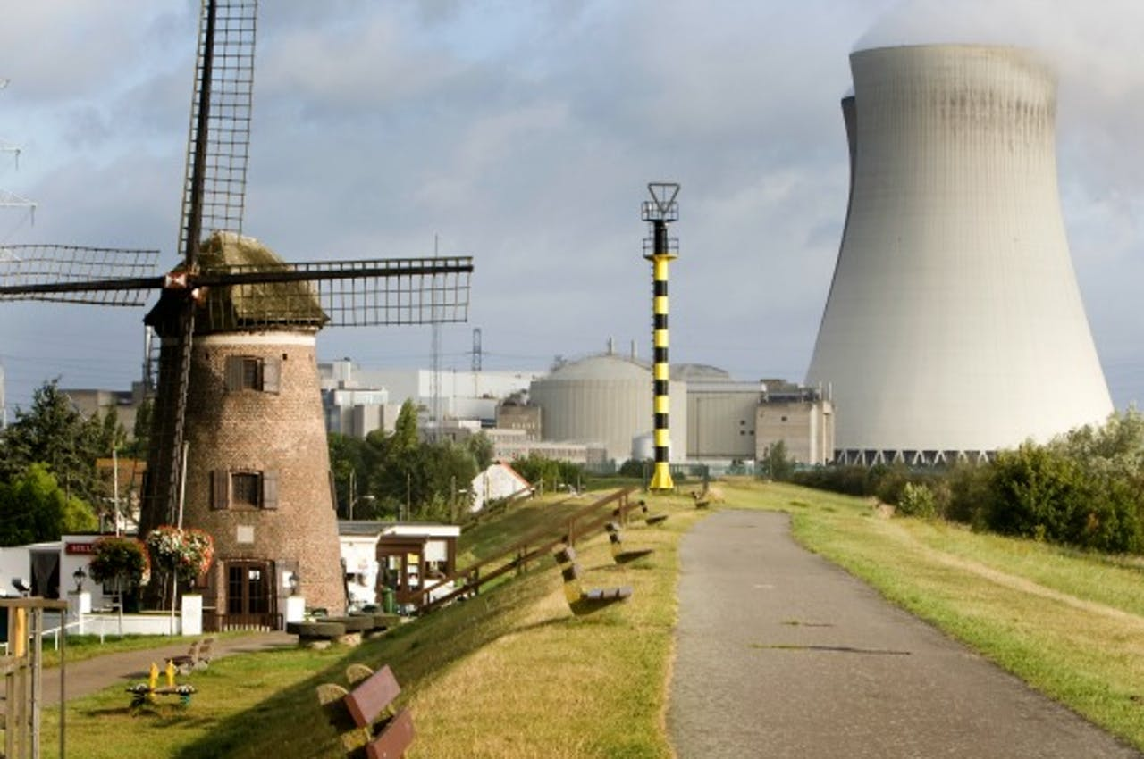 Kerncentrale en molen in Doel. Foto: ANP
