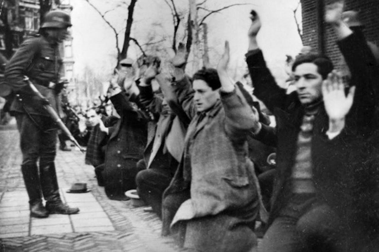 Een beeld van de razzia waarbij 427 Joodse mannen werden afgevoerd.
