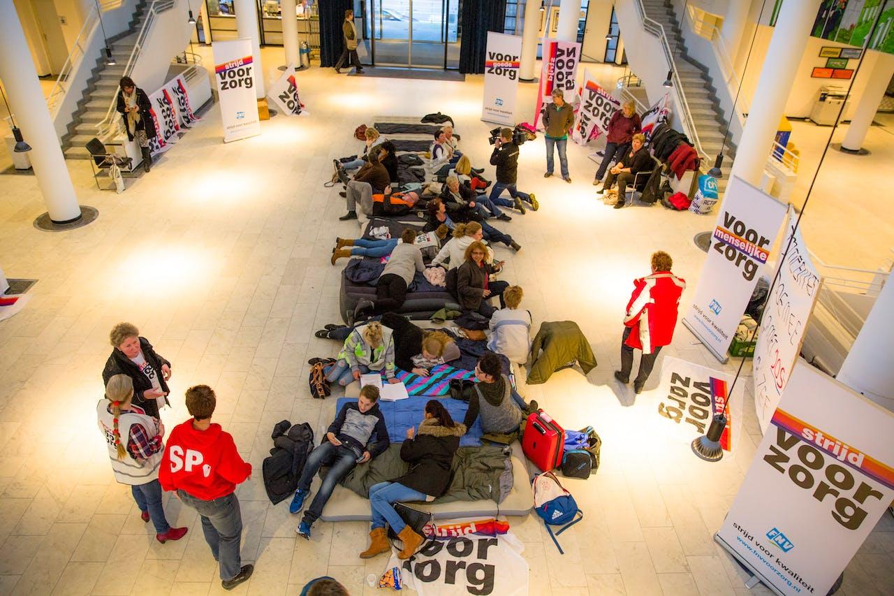 Thuiszorgmedewerkers bezetten het gemeentehuis in Apeldoorn. Foto ANP