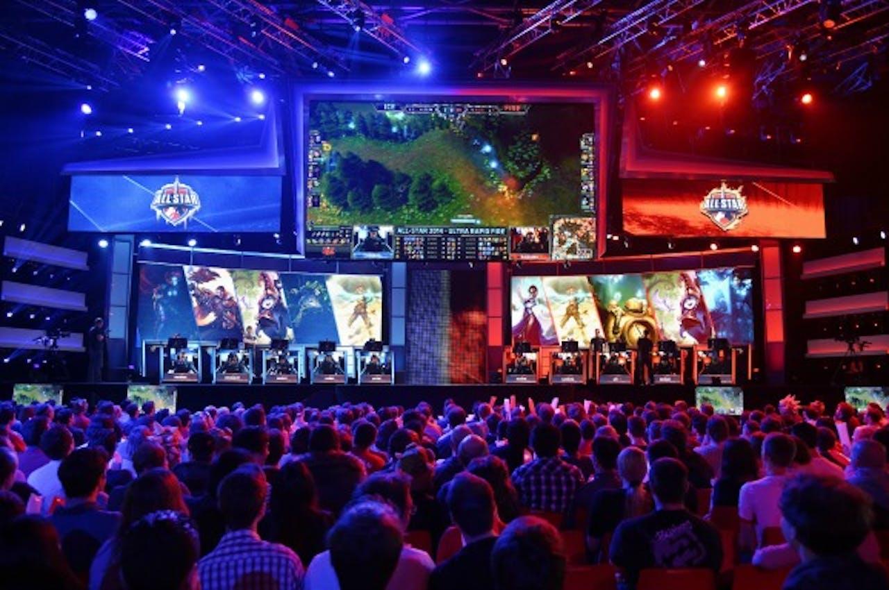 Gamers kijken naar het wereldkampioenschap van het spel League of Legends in Parijs, twee jaar geleden. Foto ANP