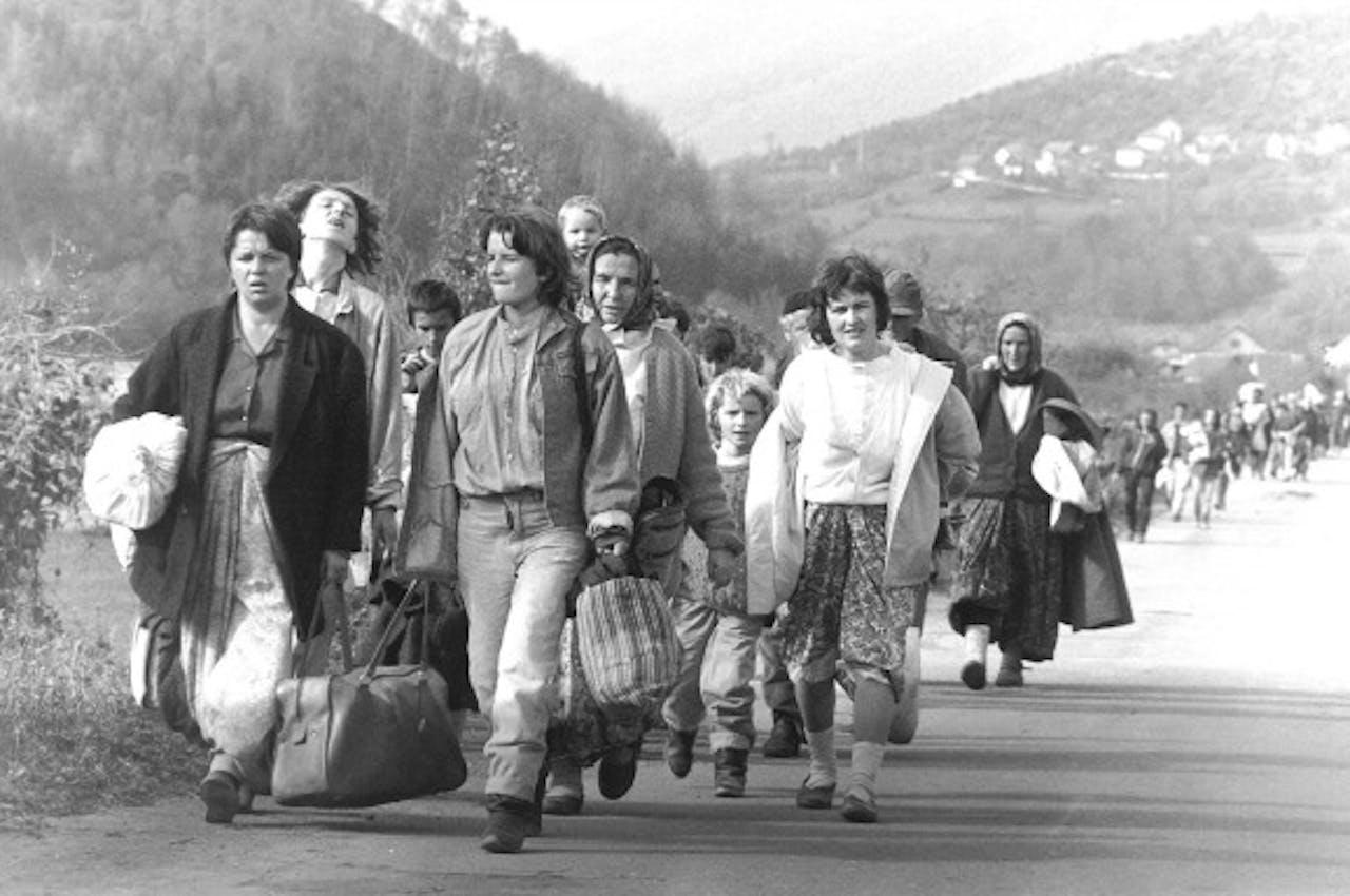 Bosnische vrouwen vluchten tijdens de burgeroorlog in de jaren 90. Foto ANP