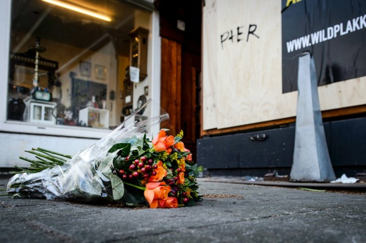 Bloemen op de plek waar het hoofd werd gevonden. Foto: ANP