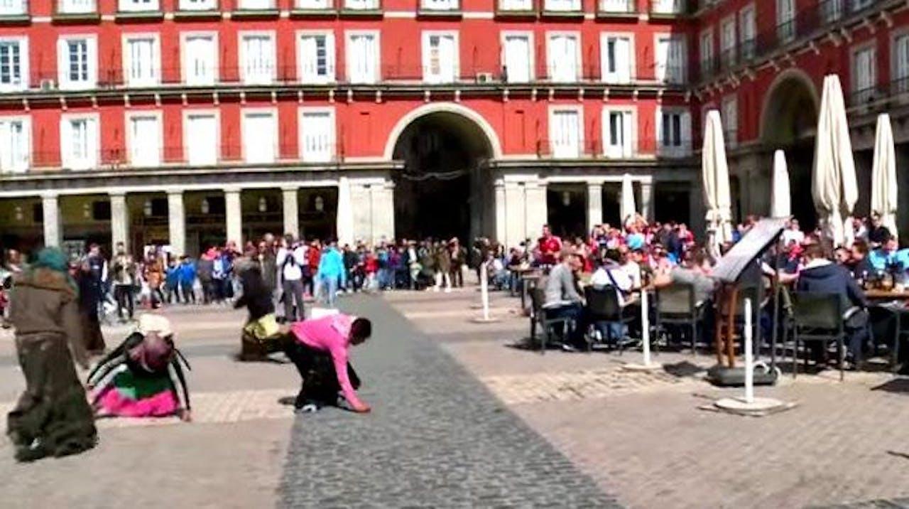 PSV supporters gooien muntjes naar bedelende vrouwen. Foto: Twitter Fox Soccer