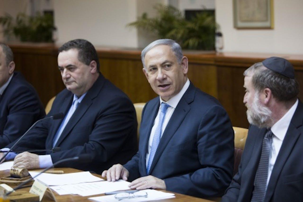 Minister Yisrael Katz (l) en premier Benjamin Netanyahu (c). EPA