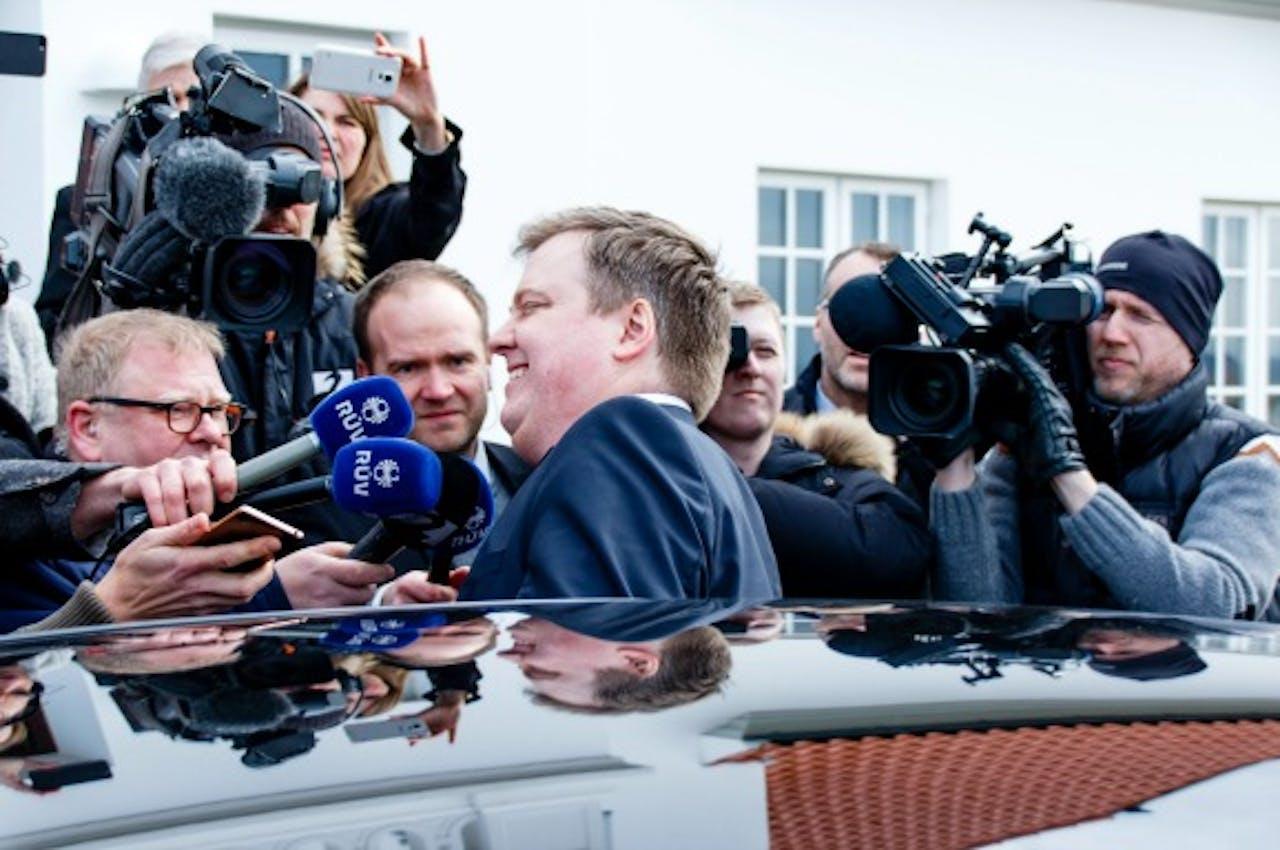 De IJslandse premier Sigmundur Gunnlaugsson wordt bevraagd door journalisten. Foto ANP