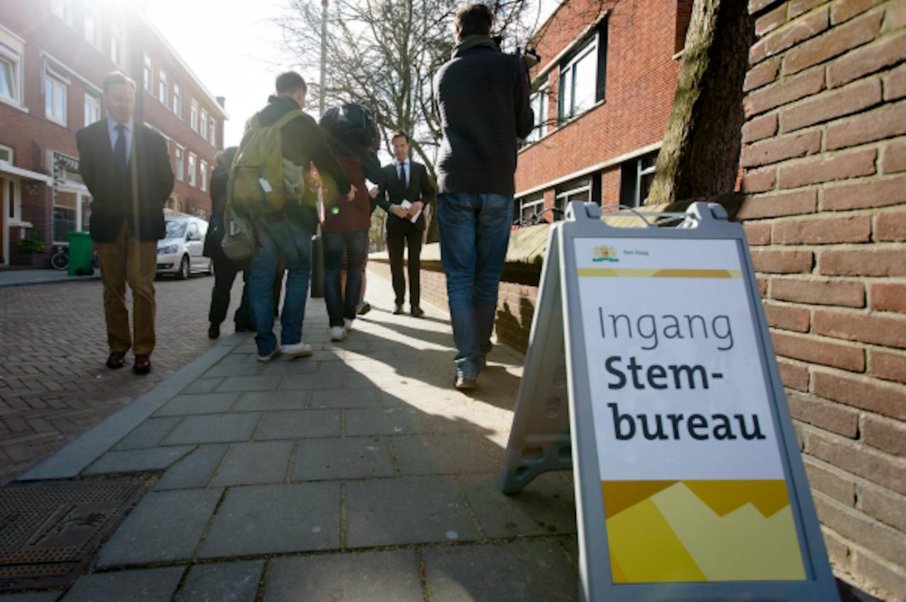 Premier Rutte brengt zijn stem uit voor het referendum. Foto ANP
