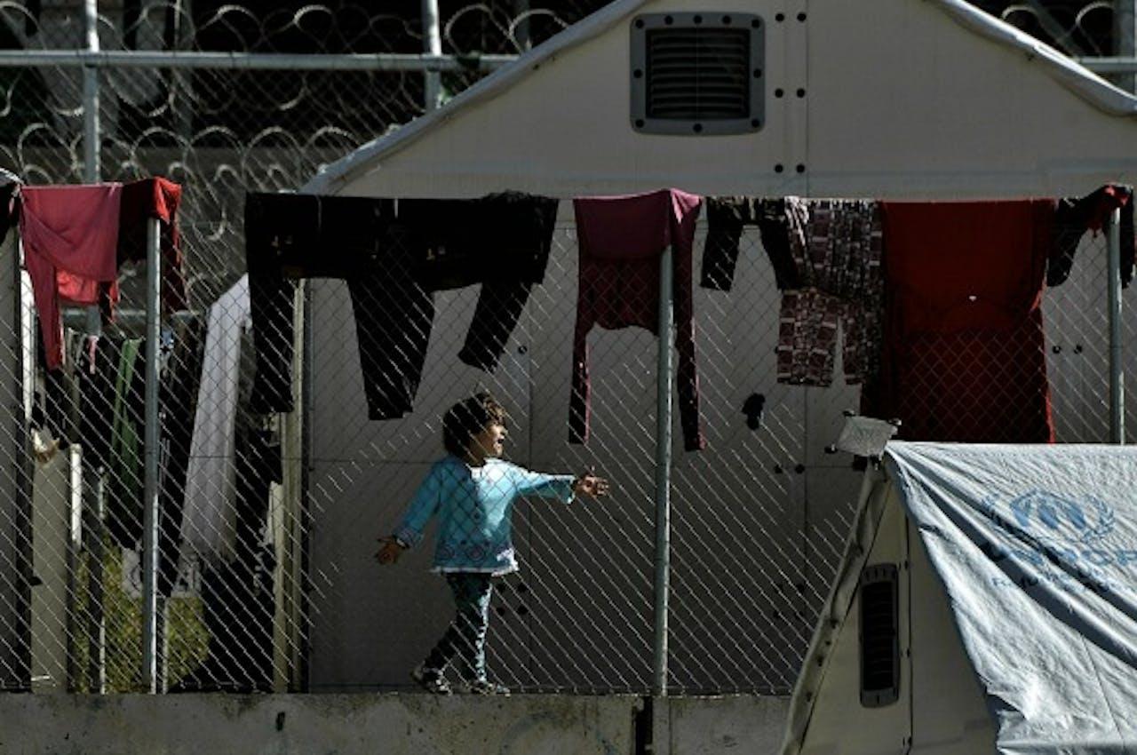 Een kind achter de hekken van detentiecentrum Moria op Lesbos. Foto ANP