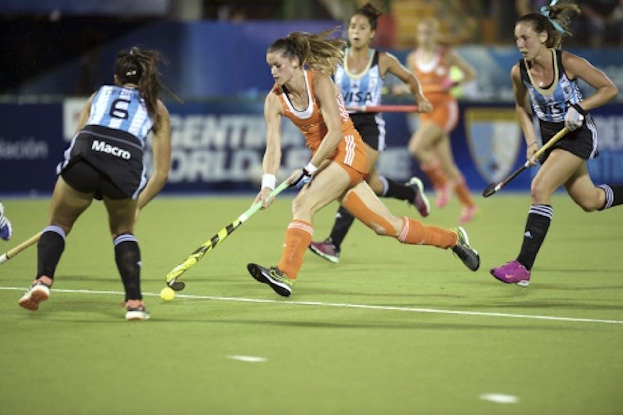 Lidewij Welten in actie tijdens de kwartfinale in de Hockey World League tegen gastland Argentinië, dat het toernooi later zou winnen. (ANP)