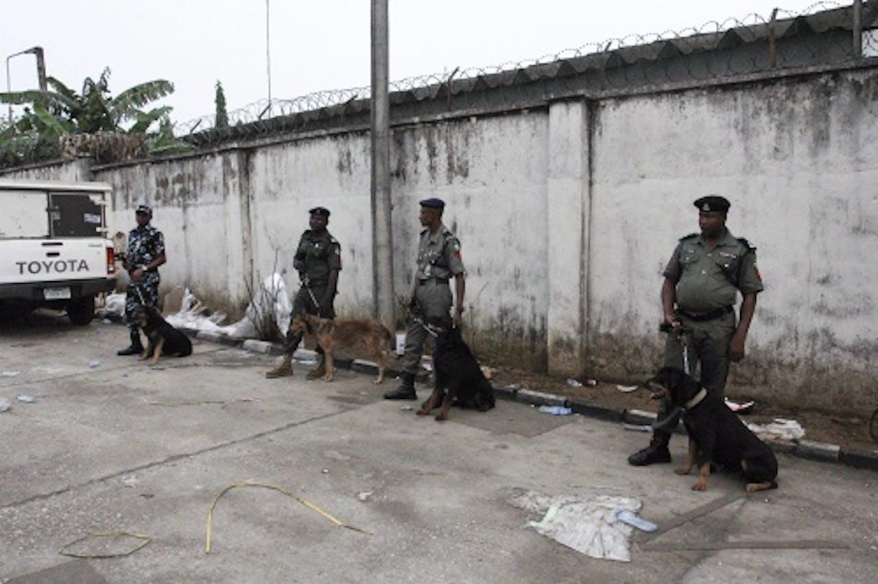 EPA Nigeriaanse agenten houden de wacht bij een stembureau in Port Harcourt.