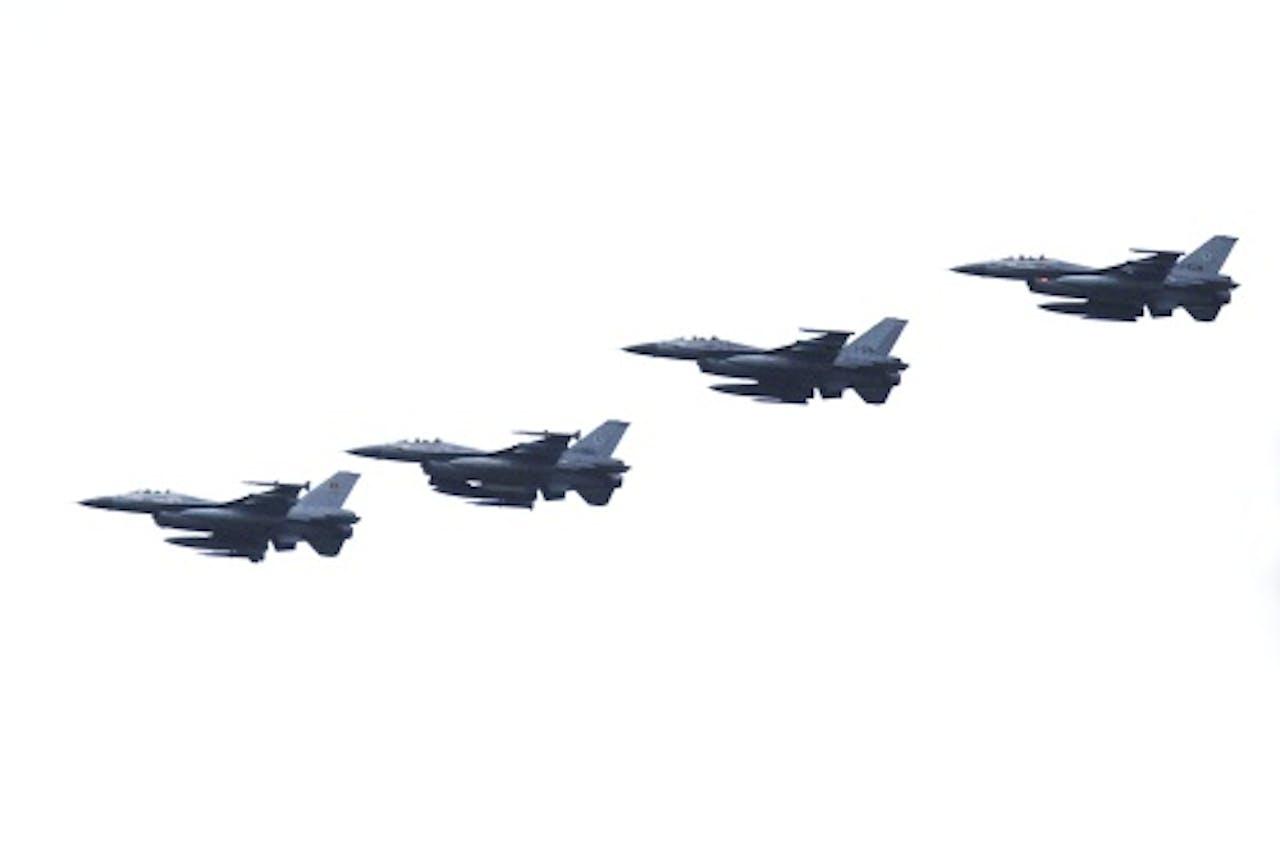 Een formatie van vier F-16 gevechtsvliegtuigen bij vliegbasis Leeuwarden. De basis leverde meerdere F-16's en 250 man personeel voor de missie tegen IS in Irak. ANP