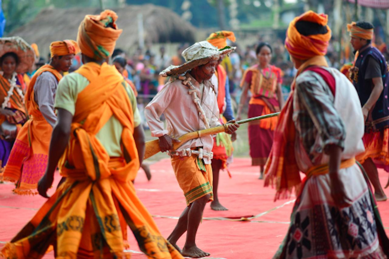 Leden van de Tiwa-stam uit India dansen ter gelegenheid van het Lanhkhon festival (Foto: ANP, 30 oktober)