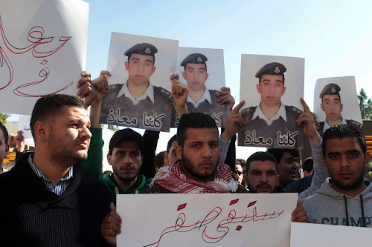 Borden met de foto van de Jordaanse piloot. EPA