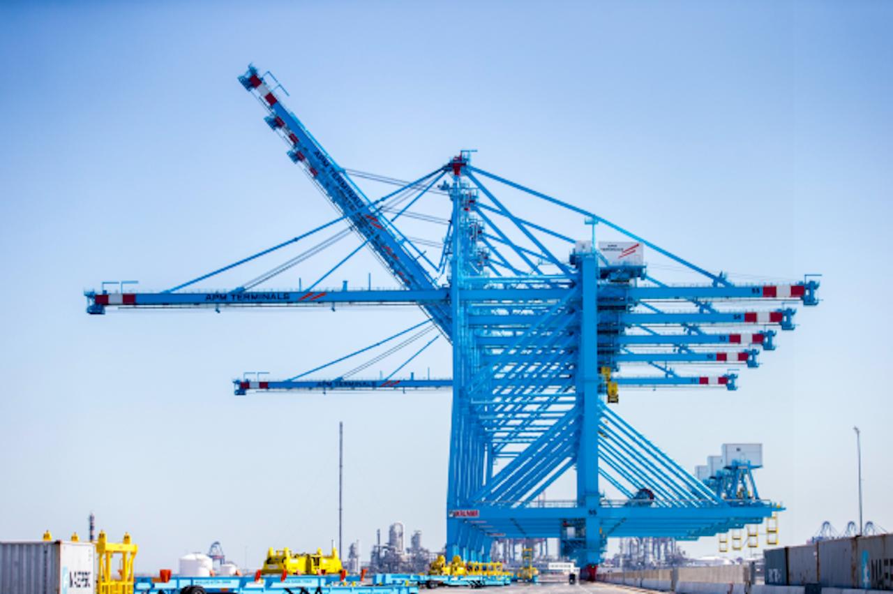 Containeroverslag op het terrein van APM Terminals op de Tweede Maasvlakte in de Rotterdamse haven (Foto: ANP)