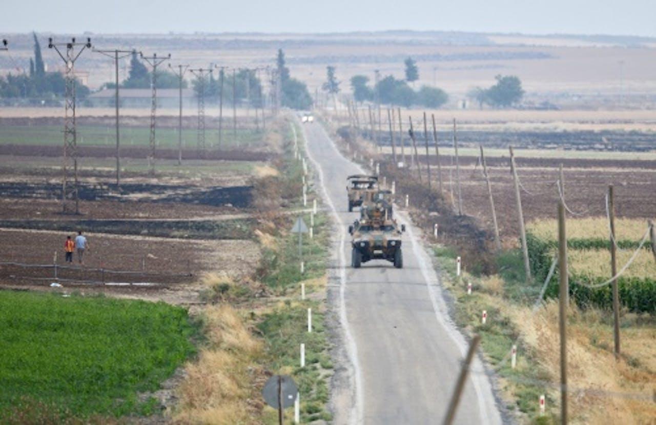 Turkse tanks patrouilleren langs de grens met Syrië. EPA